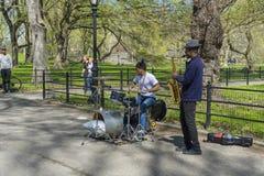 La banda de jazz del d?o que se realiza en la alameda y el paseo literario en Central Park en Nueva York, los E.E.U.U. foto de archivo libre de regalías
