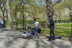 La banda de jazz del d?o que se realiza en la alameda y el paseo literario en Central Park en Nueva York, los E.E.U.U. fotos de archivo libres de regalías
