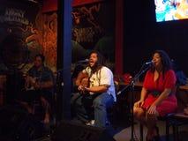 La banda de la dirección de la banda del reggae atasca en el Taphouse tropical Foto de archivo libre de regalías