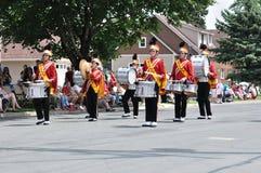 La banda de la High School secundaria se realiza en desfile Imagenes de archivo