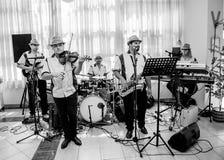 La banda de la música de jazz se realiza en el club imagen de archivo libre de regalías