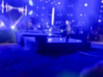 La banda de la música se realiza en una etapa del concierto con la luz del color que brilla imagen de archivo libre de regalías