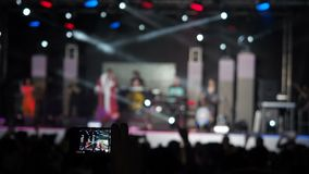 La banda de la música de Smartphone Live Concert Performance Taking Photo de la cámara de vídeo del disco de la tenencia de la ma almacen de video