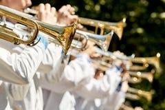 La banda de metales clásica juega el musical en jardín imagenes de archivo