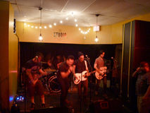 La banda de rock enciende los atascos rojos y canta en el estudio Fotografía de archivo libre de regalías