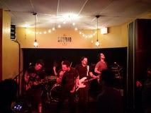 La banda de rock masculina enciende los atascos rojos Imagen de archivo libre de regalías