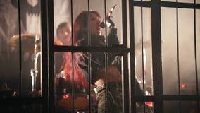La banda de rock se realiza en la jaula Club de noche almacen de metraje de vídeo