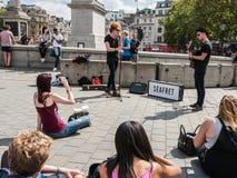La banda de Seafret juega para la audiencia improvisada en Trafalgar Square Imagenes de archivo