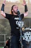 La banda dell'altare esegue un concerto di hard rock in tensione Immagine Stock Libera da Diritti
