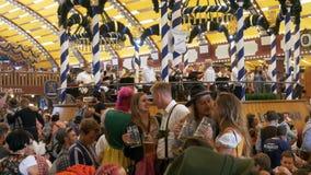 La banda dell'orchestra gioca dentro una grande tenda della birra al festival di Oktoberfest La Baviera, Germania video d archivio