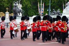La banda della guardia del palazzo reale alla ripetizione 2019 di celebrazione di compleanno delle regine Buckingham Palace, Regn fotografie stock libere da diritti