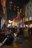 La banda di musica sta giocando nel centro di Londra nella sera decorata per le feste di Natale immagini stock libere da diritti