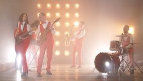 La banda di talento durante il concerto archivi video