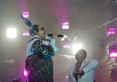 La banda di Verka Serduchka esegue al festival di fine settimana dell'atlante Kiev, Ucraina Fotografia Stock