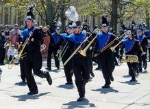 La banda escolar baila en desfile Imagenes de archivo