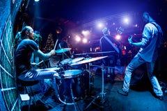 La banda esegue in scena Fotografie Stock Libere da Diritti