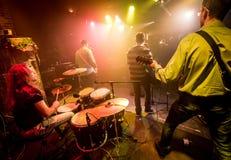 La banda esegue in scena Immagini Stock Libere da Diritti