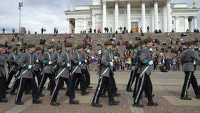 La banda militare finlandese della forza di difesa esegue il concerto e la parata pubblici liberi nel centro di Helsinki stock footage