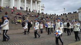 La banda militare finlandese della forza di difesa esegue il concerto e la parata pubblici liberi nel centro di Helsinki video d archivio