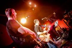 La banda se realiza en etapa en un club nocturno Imagen de archivo libre de regalías