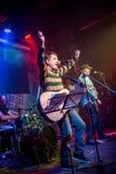 La banda se realiza en etapa en un club nocturno Fotos de archivo libres de regalías