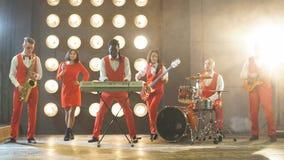 La banda talentosa se realiza en la etapa Rendimiento almacen de metraje de vídeo