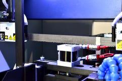 La bande automatique de commande numérique par ordinateur a vu la barre d'acier d'outil de coupe par l'alimentation automatique image stock