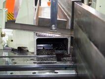 La bande automatique a vu la barre d'acier d'outil de coupe par l'alimentation automatique image libre de droits