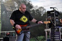 La bande d'autel exécute un concert de rock dur vivant Image libre de droits