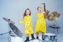 La bande de l'adolescence de musique exécutant dans un studio d'enregistrement photos libres de droits