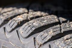 La bande de roulement de pneu de voiture avec des transitoires se ferment  photographie stock