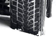 La bande de roulement tout-terrain de pneu de boue a emballé avec la photo d'actions de neige photo libre de droits
