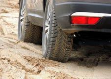 La bande de roulement tout-terrain de pneu de boue a emballé avec la photo d'actions de sable photo stock