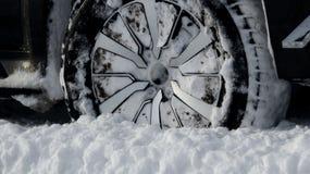 La bande de roulement tout-terrain de pneu d'hiver a emballé avec la photo d'actions de neige photos stock