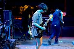 La bande de Triangulo De Amor Bizarro exécutent de concert au festival de musique de Dcode Images stock