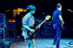 La bande de Triangulo De Amor Bizarro exécutent de concert au festival de musique de Dcode Photo libre de droits