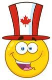 La bande dessinée jaune patriotique heureuse Emoji font face au caractère utilisant un chapeau canadien de feuille d'érable Image libre de droits