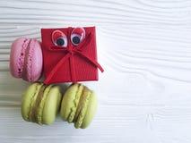 La bande dessinée observe le macaron savoureux sur un casse-croûte de biscuit de boîte en bois Photo libre de droits