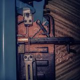 la bande métallique au dessus du banc a vu couper le tuyau de cuivre dans les cercles smal précis de tube avec la poussière coupé photos stock