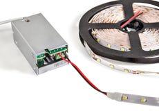 La bande menée par plan rapproché sur la bobine en plastique se relient au convertisseur actuel Image stock