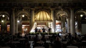 La bande musicale joue sur la place du ` s de St Mark la nuit, Venise Photo libre de droits