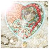 La bandeja de madera en la forma de un corazón llenó de joyería del ` s de las mujeres Foto de archivo libre de regalías