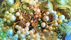 La bandeja de vidrioso, de latón, las joyas y las chucherías brillan fotos de archivo