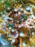 La bandeja de vidrioso, de latón, las joyas y las chucherías brillan imagen de archivo