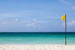 La bandera amarilla se coloca en la playa Fotografía de archivo