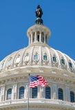 La bandera americana agita en el fron del edificio del capitolio en Washi Imagen de archivo
