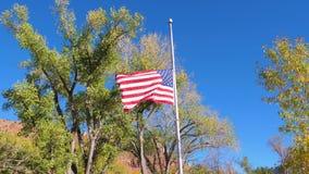 La bandera americana en la asta de bandera se baja en el día del luto almacen de metraje de vídeo
