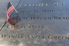 La bandera americana se fue en el monumento nacional del 11 de septiembre en el punto cero en Lower Manhattan Foto de archivo