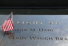 La bandera americana se fue en el monumento nacional del 11 de septiembre en el punto cero en Lower Manhattan Imagen de archivo