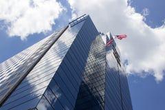 La bandera americana vuela del edificio de oficinas imagenes de archivo